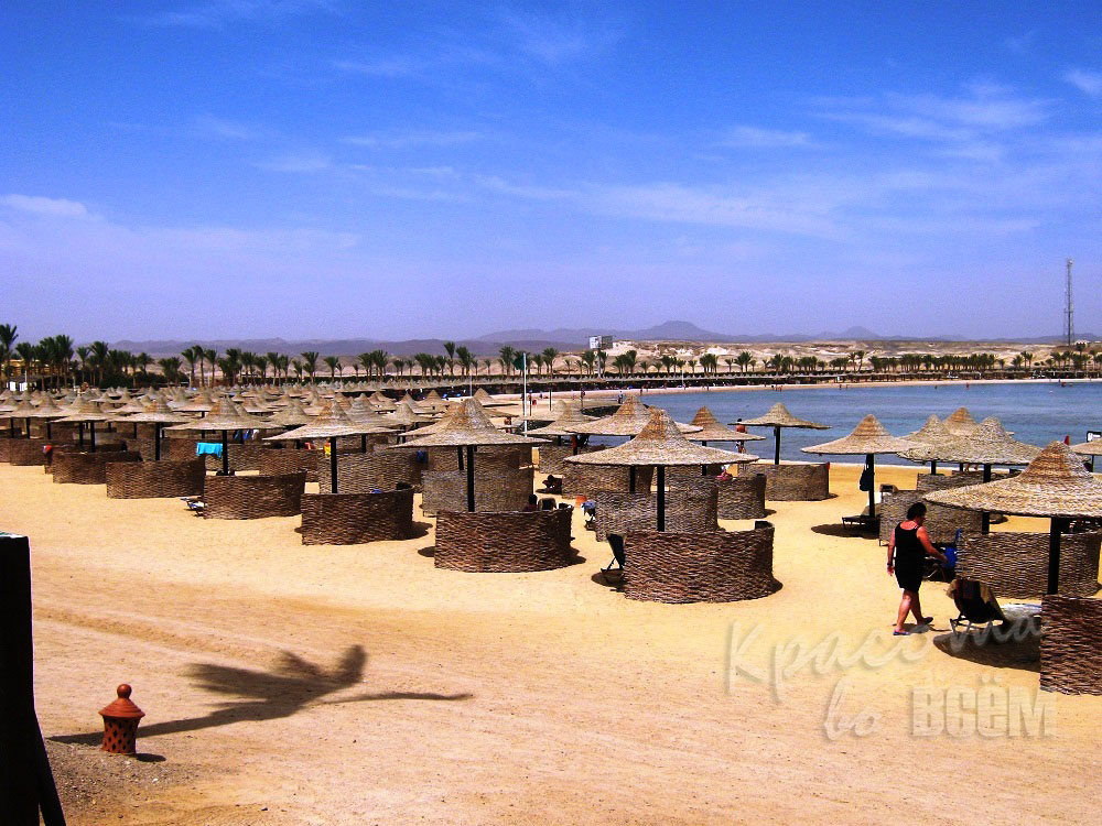 Египет. Красное море. Пляж с зонтиками.