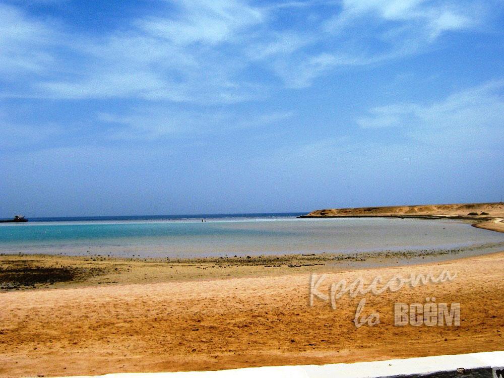Египет. Красное море. Вид на море с песчаного берега.
