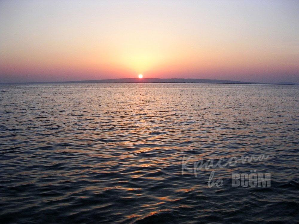 Египет. Красное море. Закат. Солнце садится за море.