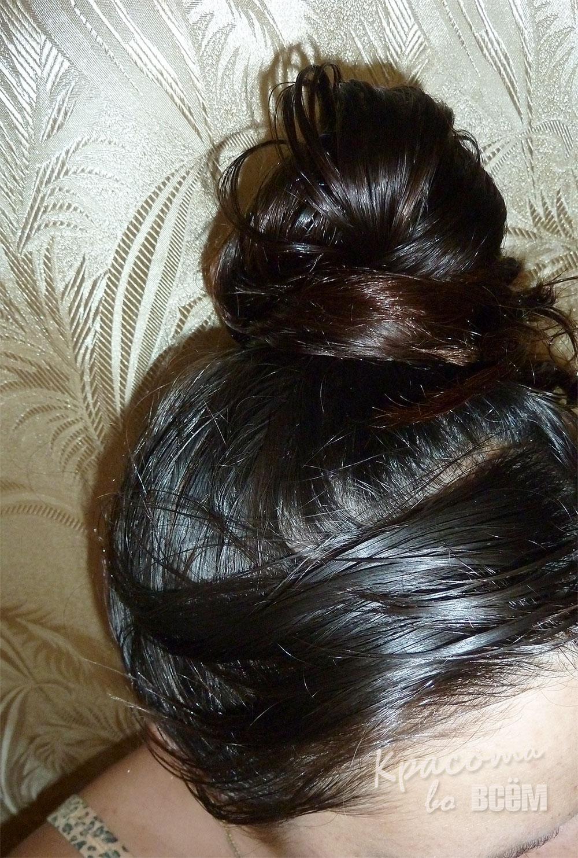 Кокосовое масло для красоты волос. Волосы с нанесенным на них кокосовым маслом.