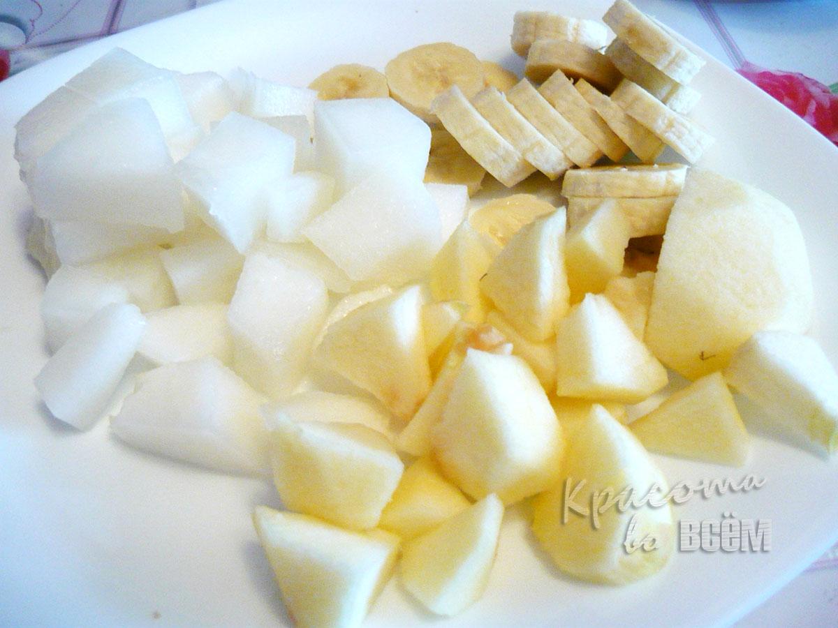 Летний рецепт смузи из фруктов. Мелко нарезанные фрукты..